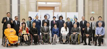 2020年東京パラリンピックに向けた東京都の懇談会初会合が開かれ、出席者と記念撮影する小池百合子知事(前列中央)=10日午前、東京都庁