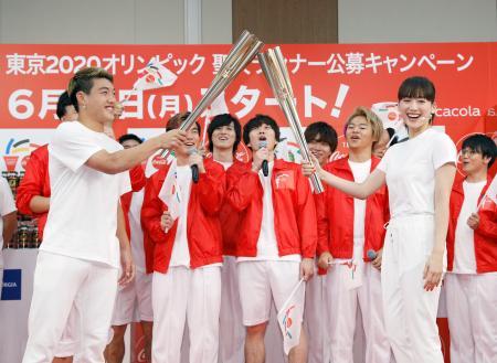 聖火ランナーへの応募を呼び掛ける綾瀬はるかさん(右)と堂安律選手=10日午後、東京都内
