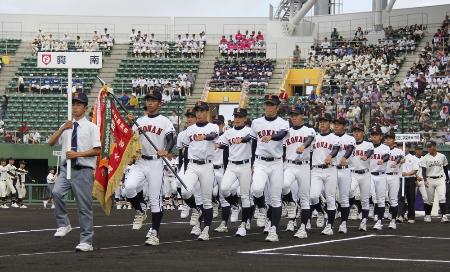 全国高校野球選手権大会の沖縄大会開会式で、行進する興南の選手たち=2018年6月、沖縄県沖縄市