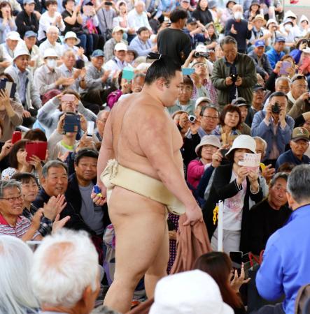 高砂部屋の合宿で、大勢のファンに迎えられ稽古の土俵に向かう朝乃山=12日、富山県射水市