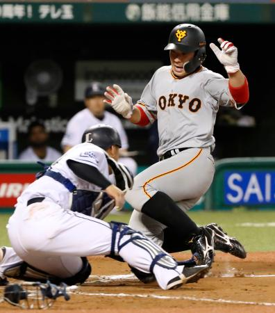 8回巨人2死満塁、亀井の二塁打で一走炭谷が生還。捕手森=メットライフドーム