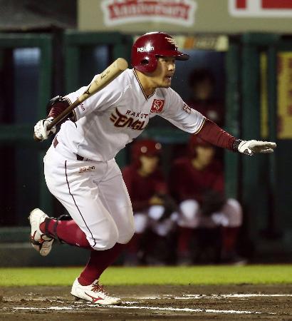 6回楽天1死一、三塁、茂木が右前に適時打を放つ=楽天生命パーク