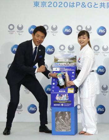 プラスチック廃材回収の協力を呼びかける松岡修造さん(左)と植草歩選手=13日午前、東京都中央区