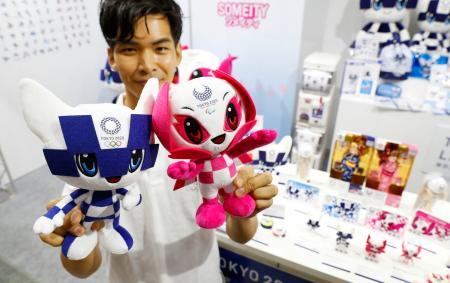 「東京おもちゃショー2019」で披露された2020年東京五輪・パラリンピックのマスコット「ミライトワ」(左)と「ソメイティ」のぬいぐるみ=13日午後、東京都江東区の東京ビッグサイト
