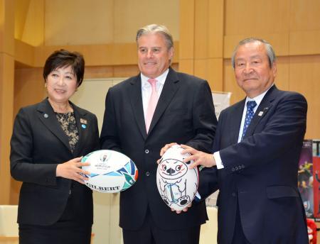 東京都の小池百合子知事(左)を表敬訪問したワールドラグビーのゴスパーCEO=13日午後、東京都庁
