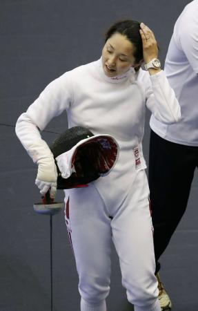 女子エペ個人準々決勝 韓国選手に敗れ、肩を落とす佐藤希望=千葉ポートアリーナ