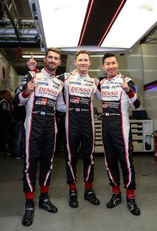 ルマン24時間の予選でポールポジションを獲得し、笑顔を見せるトヨタ7号車の小林可夢偉(右)=ルマン(ゲッティ=共同)