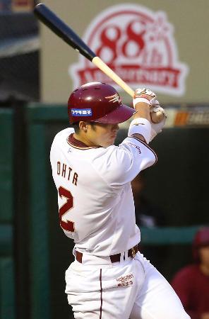 2回楽天無死、太田が左越えにプロ初本塁打を放つ=楽天生命パーク