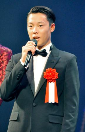 JOCスポーツ賞の表彰式であいさつする特別栄誉賞を受賞した小林陵侑=14日、東京国際フォーラム