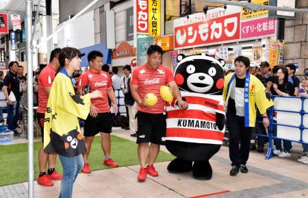 熊本市の商店街で開かれた、ラグビーW杯日本大会の記念イベントに登場した「くまモン」=15日午後