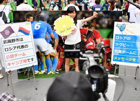 ラグビーW杯日本大会のPRイベントで、ロシア代表への応援メッセージの撮影をする女の子=2日、東京都武蔵野市