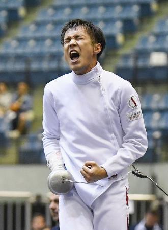 男子エペ個人で優勝し、雄たけびを上げる山田優=千葉ポートアリーナ