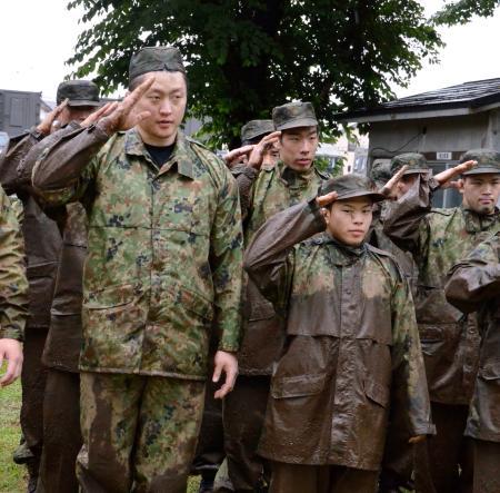 陸上自衛隊空挺教育隊に体験入隊した柔道男子の原沢久喜(手前左)、永山竜樹(同右)、大野将平(右端)ら=15日、陸自習志野駐屯地