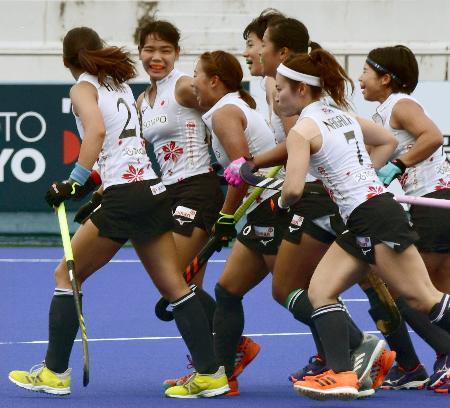 チリ戦でゴールを決め喜ぶ鈴木(左から2人目)ら日本の選手たち=広島広域公園第二球技場