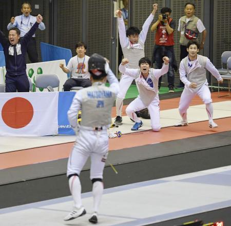 男子フルーレ団体で優勝し喜ぶ日本チーム。(奥右から)三宅、敷根、鈴村。手前は松山=千葉ポートアリーナ