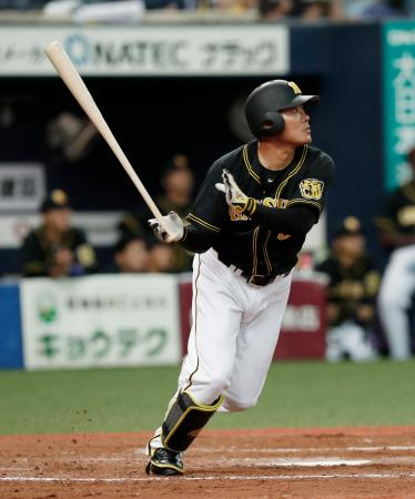 9回阪神2死一、二塁、福留が中越えに同点の2点二塁打を放つ=京セラドーム