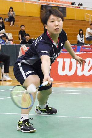 女子決勝の日本ユニシス戦シングルスでプレーする再春館製薬所の山口茜=深谷市総合体育館