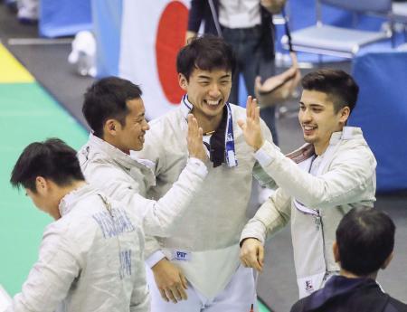 男子サーブル団体で3位になり、喜ぶ徳南(左から3人目)ら日本=千葉ポートアリーナ