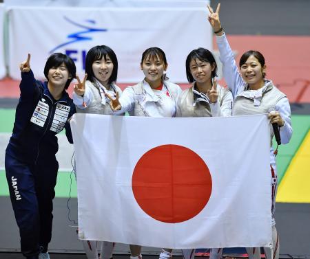 女子フルーレ団体で優勝し、日の丸を手に笑顔で写真に納まる(左から)宮脇、上野、東、辻、菊池=千葉ポートアリーナ