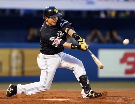 4回ソフトバンク1死一塁、松田宣が中越えに2打席連続の本塁打となる2ランを放つ=神宮