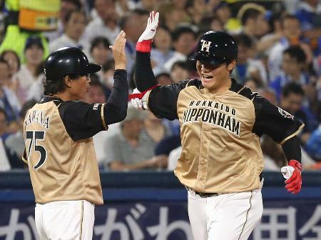 6回、同点ソロを放ち、コーチとタッチして本塁に向かう日本ハム・清宮(右)=横浜
