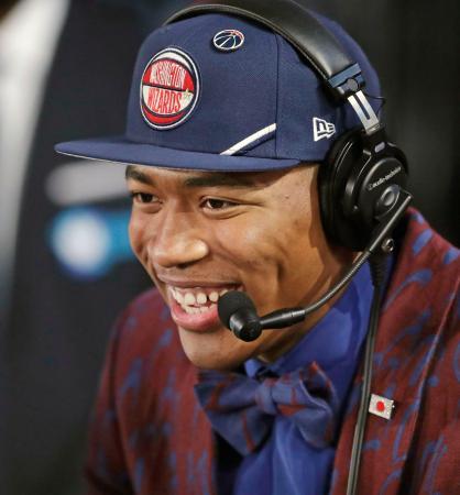 NBAのドラフト会議で日本人初となる1巡目で指名され、質問に答える八村塁=20日、ニューヨーク(AP=共同)