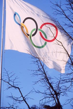 スイス・ローザンヌのIOC本部前に翻る五輪旗(ASL=共同)