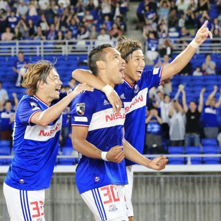 横浜M―松本 後半、決勝ゴールを決め喜ぶエジガルジュニオ(中央)と横浜Mイレブン=日産スタジアム