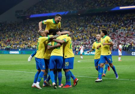 ペルー戦で得点を喜ぶブラジルの選手たち=22日、サンパウロ(ロイター=共同)