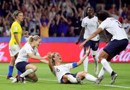 女子W杯フランス大会、決勝トーナメント1回戦のブラジル戦で勝ち越しゴールに歓喜するフランスの選手たち=23日、ルアーブル(ロイター=共同)