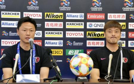 サッカーのACL決勝トーナメント1回戦第2戦に向け、記者会見する鹿島の大岩監督(左)とGK権純泰=24日、広島市