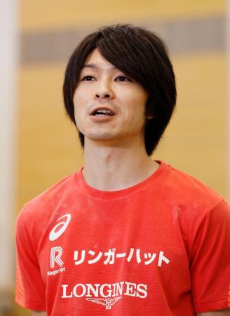 公開練習を終え、報道陣の質問に答える内村航平=東京都北区の味の素ナショナルトレーニングセンター