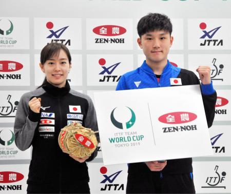 記者会見を終え、ポーズをとる卓球男子の張本智和(右)と同女子の石川佳純=27日、東京都北区の味の素ナショナルトレーニングセンター