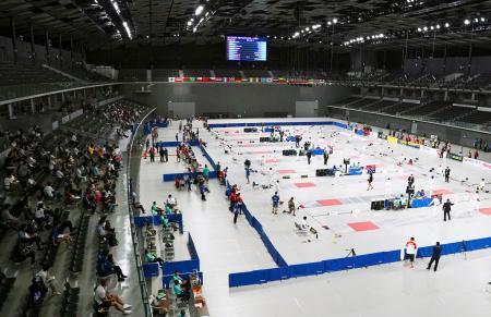 武蔵野の森総合スポーツプラザで開幕した、2020年東京五輪のテスト大会を兼ねる近代五種のW杯ファイナル=27日、東京都調布市