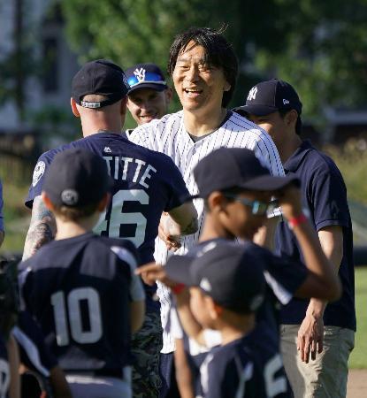 野球教室に参加し、笑顔を見せる松井秀喜氏=ロンドン(共同)