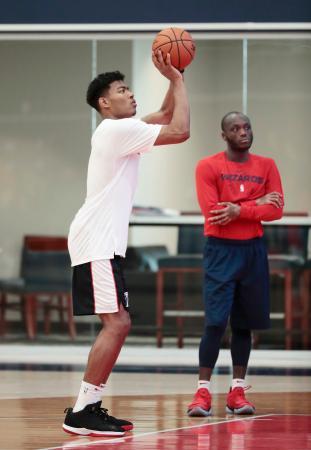 NBA、ウィザーズのミニキャンプでシュート練習をする八村塁(左)=ワシントン(共同)