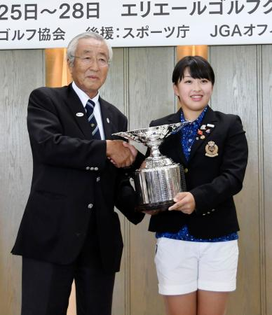 初優勝し、表彰式で笑顔の西郷真央。左は日本ゴルフ協会の竹田恒正会長=エリエールGC松山