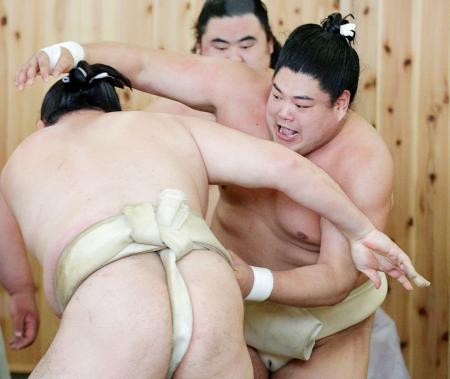 二所ノ関一門の連合稽古で汗を流す阿炎(右)=名古屋市の鳴戸部屋宿舎