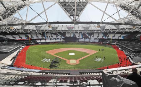 米大リーグ、レッドソックス―ヤンキース戦に向け、準備が進むロンドン競技場=27日、ロンドン(AP=共同)