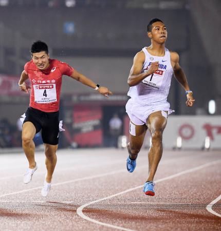 陸上日本選手権の男子100メートル決勝で、10秒02をマークして優勝したサニブラウン・ハキーム。左は2位の桐生祥秀=28日、福岡市の博多の森陸上競技場
