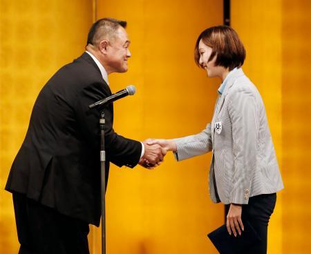 ユニバーシアード夏季大会の日本選手団の結団式で握手を交わす渡部香生子主将(右)とJOCの山下泰裕会長=28日午後、東京都内のホテル