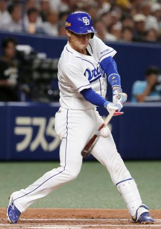 2回中日1死満塁、加藤が右翼線に先制の2点二塁打を放つ=ナゴヤドーム