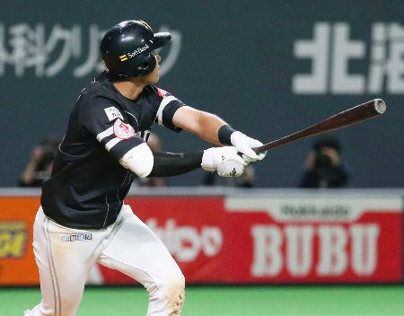 9回ソフトバンク2死一塁、上林が左越えに逆転の2点ランニング本塁打を放つ=札幌ドーム