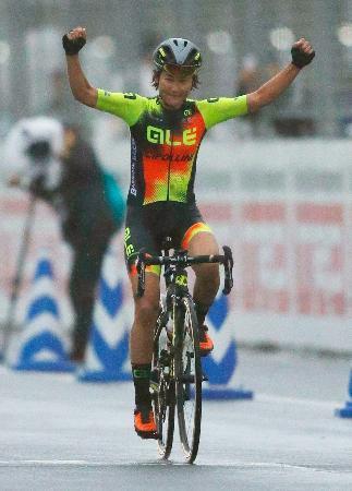 女子ロードレースで優勝した与那嶺恵理。4連覇を達成した=富士スピードウェイ