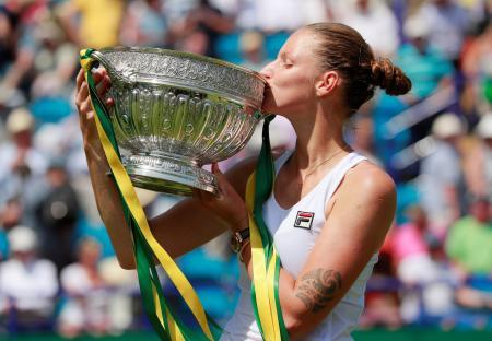 テニスのネーチャーバレー国際、アンゲリク・ケルバーを破って優勝したカロリナ・プリスコバ=29日、英イーストボーン(ロイター=共同)
