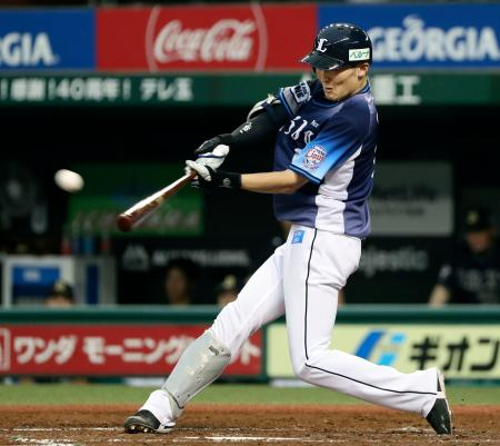 4回西武1死一、二塁、源田が右翼線に勝ち越し二塁打を放つ=メットライフドーム