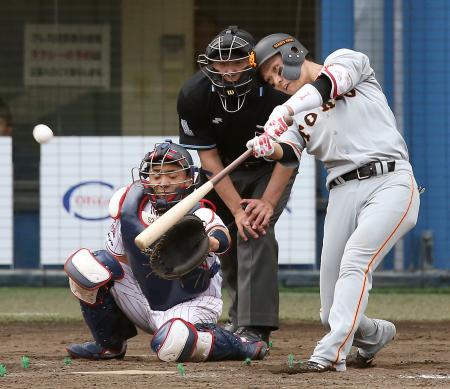 9回巨人2死一塁、坂本勇が右越えに勝ち越し二塁打を放つ。捕手中村=秋田
