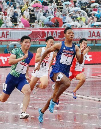 陸上日本選手権の男子200メートル決勝で、20秒35をマークして優勝したサニブラウン・ハキーム(手前右)=30日、福岡市の博多の森陸上競技場