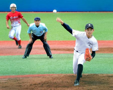 練習試合に先発した大船渡の佐々木(右)=秋田県内