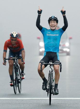 男子ロードレースで初優勝し喜ぶ入部正太朗。左は2位の新城幸也=富士スピードウェイ